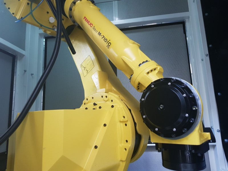 <h2>Robot in <strong>De-Coring chamber</strong></h2>